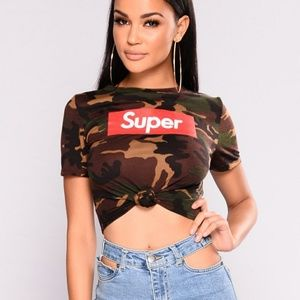 "Tops - ""Super"" camo knotted crop top"